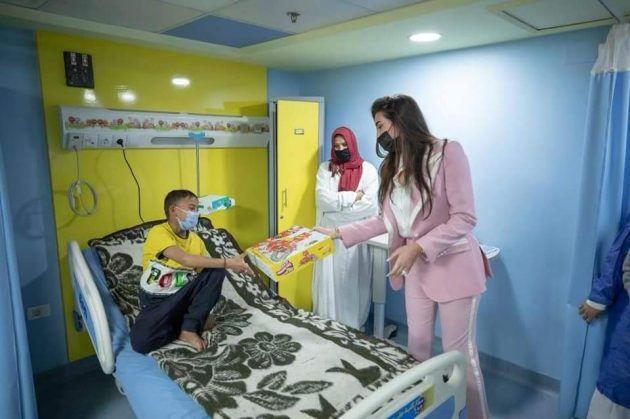 ياسمين صبري تزور الأطفال المرضى وتتبرع - صور