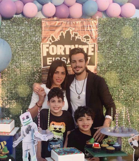 أحمد إبراهيم وزوجته يحتفلان بابنهما