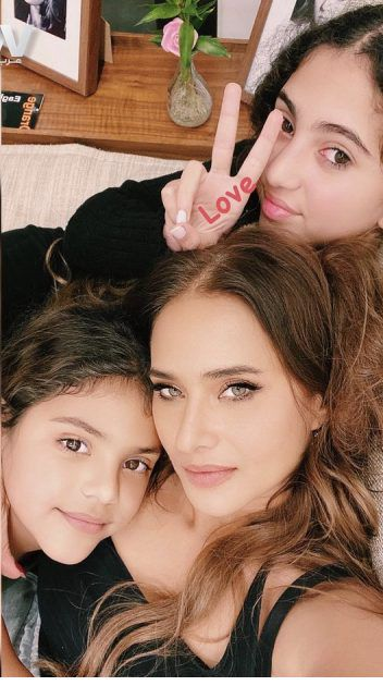 نيللي كريم مع بناتها ولا شبه! - صورة