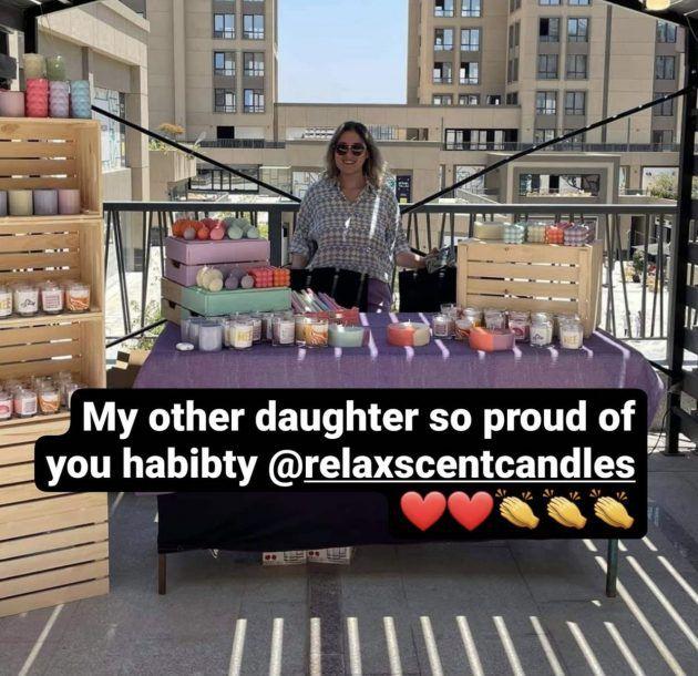 الصورة التي نشرتها منى للشابة وقالت إنها ابنتها