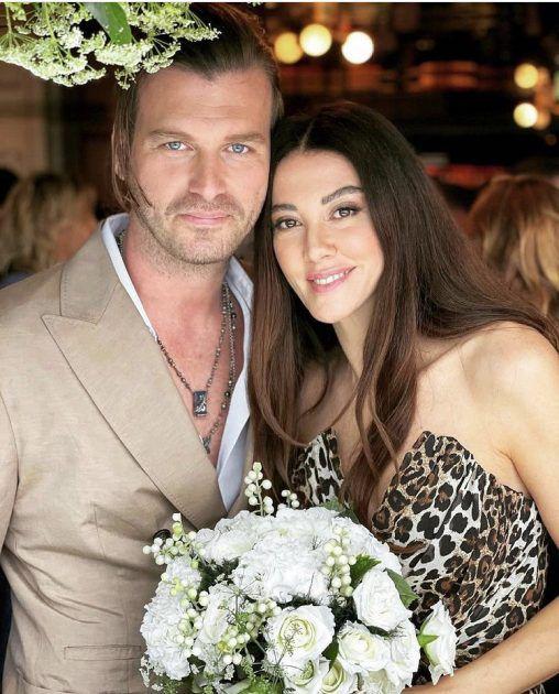 التركي مهند وزوجته بأحدث إطلالة - صورة