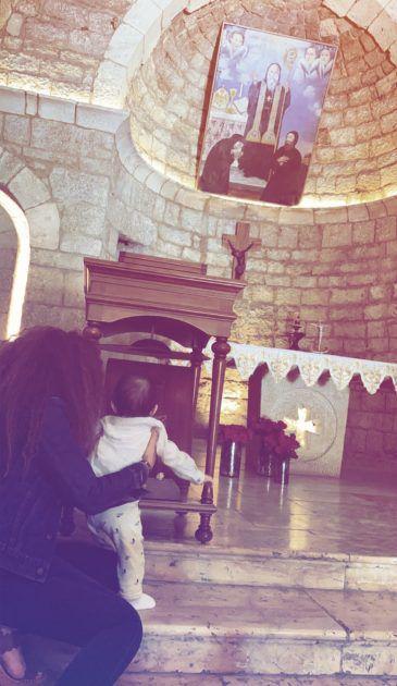 ميريام فارس مع طفلها الثالث في الكنيسة