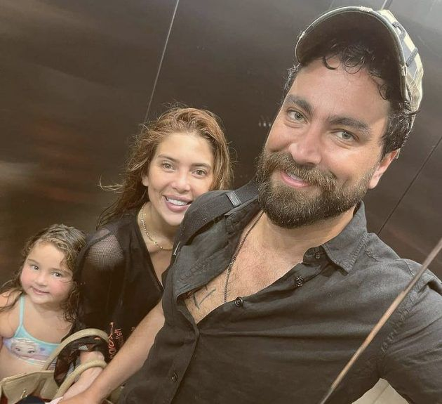 معتصم النهار مع زوجته وابنتهما - صورة
