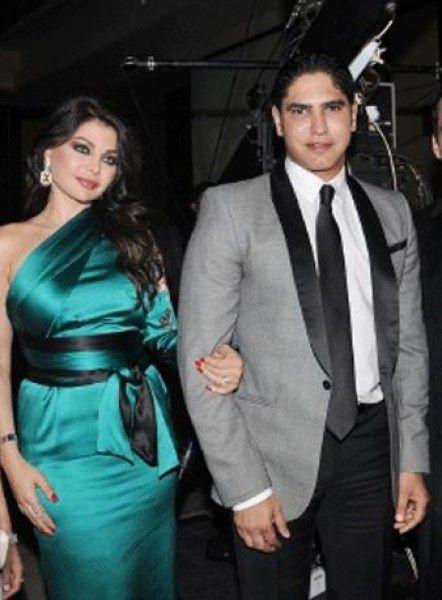 لاحظوا فستان هيفا الطويل مع احمد